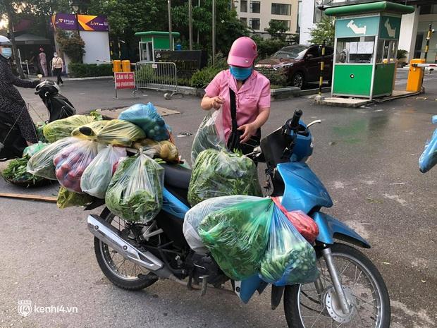Ảnh: Từ sáng sớm, các khu chợ ở Hà Nội đã đông nghẹt người mua hàng - Ảnh 11.