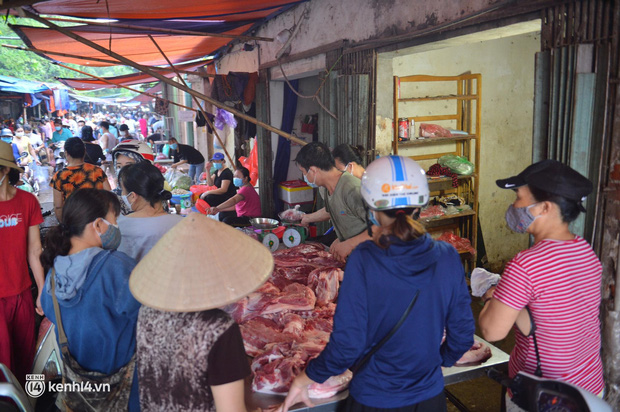 Ảnh: Từ sáng sớm, các khu chợ ở Hà Nội đã đông nghẹt người mua hàng - Ảnh 9.