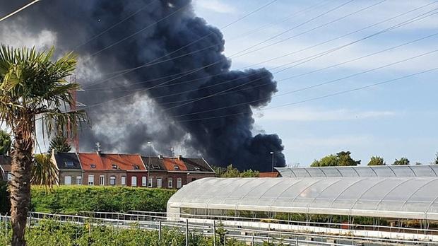 Cháy dữ dội ở miền Bắc nước Pháp, cột khói khổng lồ bốc cao hàng km - Ảnh 1.