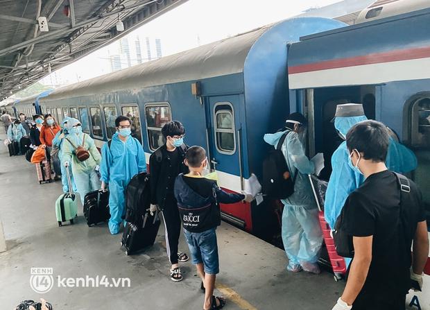 720 người dân Hà Tĩnh lên chuyến tàu 0 đồng rời Sài Gòn về quê - Ảnh 7.