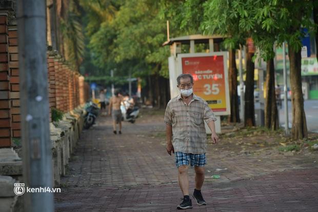 Hà Nội: Vẫn còn người ra đường tập thể dục bất chấp chỉ thị giãn cách xã hội - Ảnh 2.