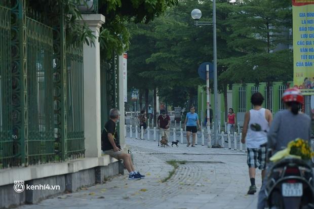 Hà Nội: Vẫn còn người ra đường tập thể dục bất chấp chỉ thị giãn cách xã hội - Ảnh 7.