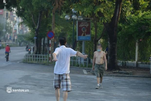 Hà Nội: Vẫn còn người ra đường tập thể dục bất chấp chỉ thị giãn cách xã hội - Ảnh 8.