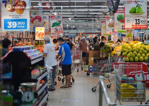 Trái ngược với chợ truyền thống, siêu thị tại Hà Nội thưa người ngày đầu cách ly xã hội theo Chỉ thị 16 - Ảnh 1.