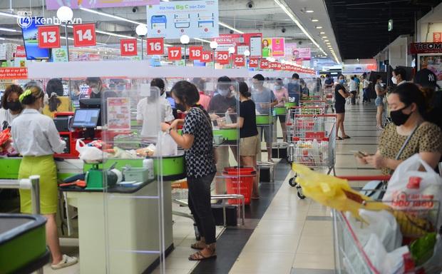 Trái ngược với chợ truyền thống, siêu thị tại Hà Nội thưa người ngày đầu cách ly xã hội theo Chỉ thị 16 - Ảnh 2.