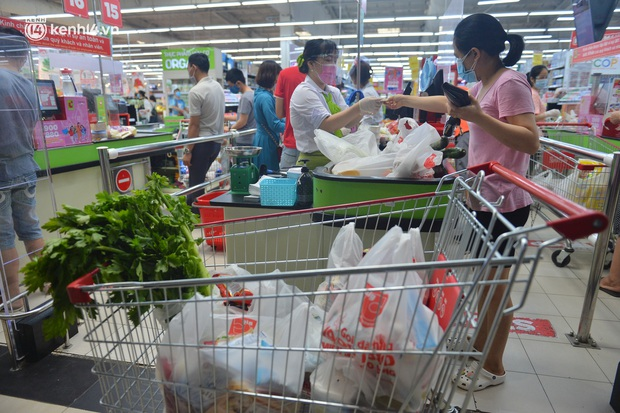 Trái ngược với chợ truyền thống, siêu thị tại Hà Nội thưa người ngày đầu cách ly xã hội theo Chỉ thị 16 - Ảnh 4.