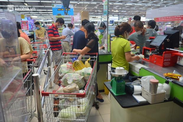 Trái ngược với chợ truyền thống, siêu thị tại Hà Nội thưa người ngày đầu cách ly xã hội theo Chỉ thị 16 - Ảnh 5.