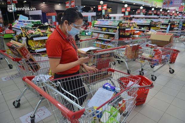 Trái ngược với chợ truyền thống, siêu thị tại Hà Nội thưa người ngày đầu cách ly xã hội theo Chỉ thị 16 - Ảnh 6.