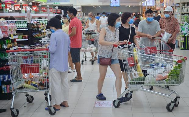 Trái ngược với chợ truyền thống, siêu thị tại Hà Nội thưa người ngày đầu cách ly xã hội theo Chỉ thị 16 - Ảnh 10.