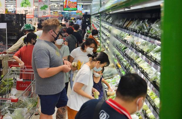 Trái ngược với chợ truyền thống, siêu thị tại Hà Nội thưa người ngày đầu cách ly xã hội theo Chỉ thị 16 - Ảnh 8.