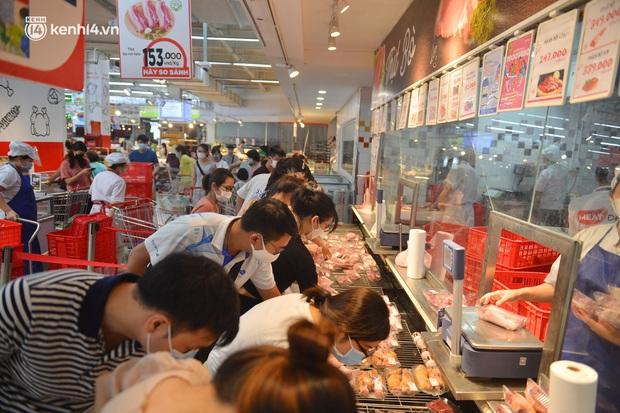 Trái ngược với chợ truyền thống, siêu thị tại Hà Nội thưa người ngày đầu cách ly xã hội theo Chỉ thị 16 - Ảnh 11.