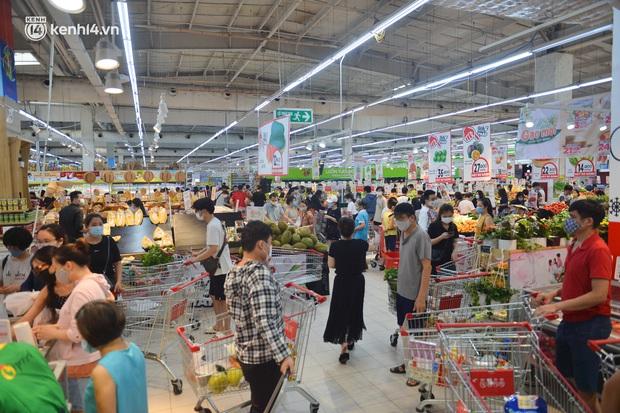 Trái ngược với chợ truyền thống, siêu thị tại Hà Nội thưa người ngày đầu cách ly xã hội theo Chỉ thị 16 - Ảnh 12.