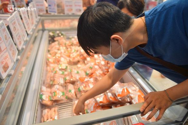 Trái ngược với chợ truyền thống, siêu thị tại Hà Nội thưa người ngày đầu cách ly xã hội theo Chỉ thị 16 - Ảnh 13.
