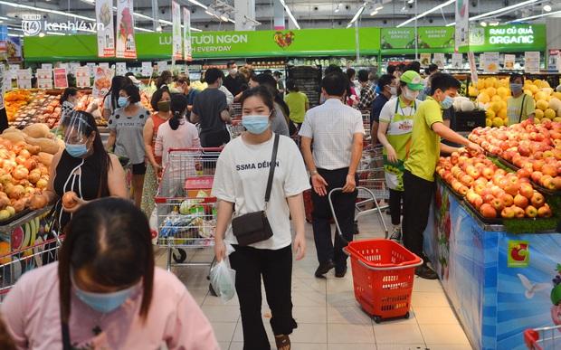 Trái ngược với chợ truyền thống, siêu thị tại Hà Nội thưa người ngày đầu cách ly xã hội theo Chỉ thị 16 - Ảnh 9.