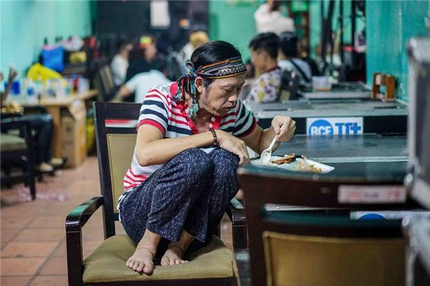 Người Việt có một thói quen cực kì nguy hiểm là gác chân lên ghế khi ăn, xin mời xem luôn clip này để thấy tai hoạ trời giáng là thế nào! - Ảnh 11.