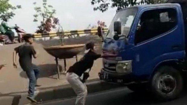 Thực hiện thử thách chặn đầu xe tải bằng tay không trên TikTok, 1 thiếu niên bị tông chết tức tưởi - Ảnh 1.