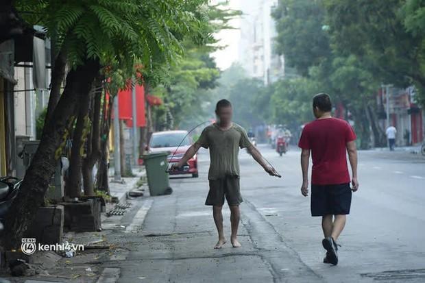 Hà Nội: Vẫn còn người ra đường tập thể dục bất chấp chỉ thị giãn cách xã hội - Ảnh 10.