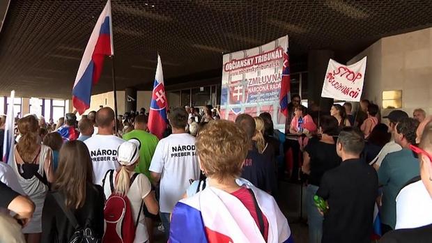 Người dân Slovakia biểu tình phản đối biện pháp mới chống COVID-19 - Ảnh 1.