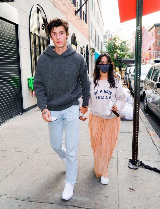 Tranh cãi Shawn và Camila dạo phố: Chàng cực soái, nàng mặc cái gì mà dìm dáng lùn tịt, luộm thuộm như đi chợ thế này? - Ảnh 3.