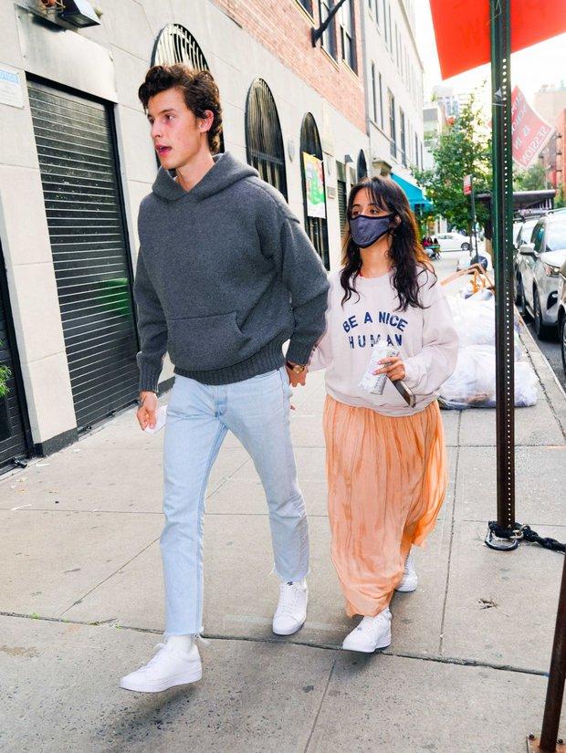 Tranh cãi Shawn và Camila dạo phố: Chàng cực soái, nàng mặc cái gì mà dìm dáng lùn tịt, luộm thuộm như đi chợ thế này? - Ảnh 4.