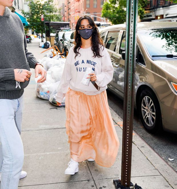 Tranh cãi Shawn và Camila dạo phố: Chàng cực soái, nàng mặc cái gì mà dìm dáng lùn tịt, luộm thuộm như đi chợ thế này? - Ảnh 6.
