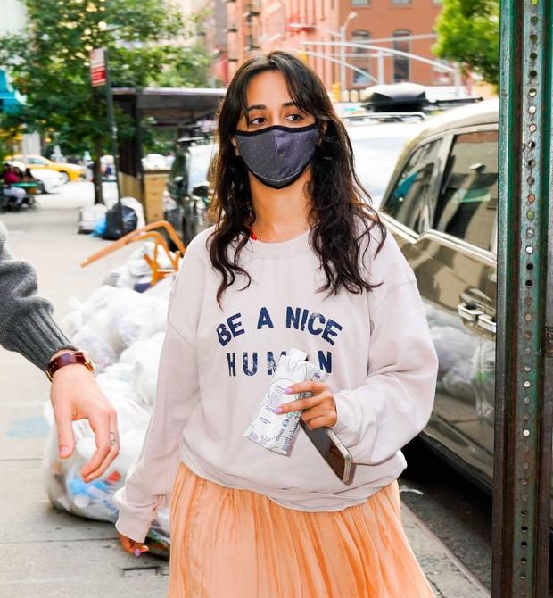 Tranh cãi Shawn và Camila dạo phố: Chàng cực soái, nàng mặc cái gì mà dìm dáng lùn tịt, luộm thuộm như đi chợ thế này? - Ảnh 7.