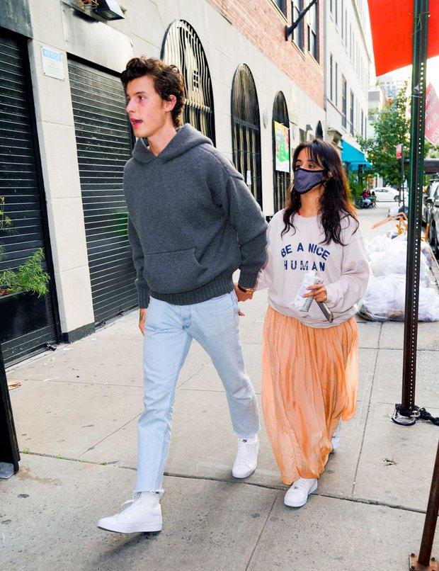Tranh cãi Shawn và Camila dạo phố: Chàng cực soái, nàng mặc cái gì mà dìm dáng lùn tịt, luộm thuộm như đi chợ thế này? - Ảnh 5.