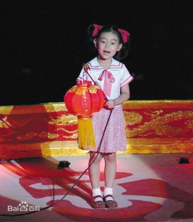 Thiên thần nhí góp mặt trong MV Olympic Bắc Kinh 2008: 5 tuổi rưỡi đã gây chấn động quốc tế, sau 13 năm giờ ra sao? - Ảnh 2.