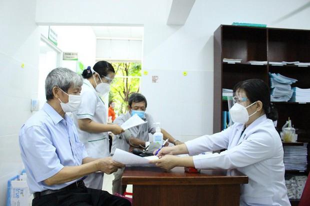 BS Trương Hữu Khanh: Chích vắc xin COVID-19, đừng nên kén cá chọn canh - Ảnh 2.