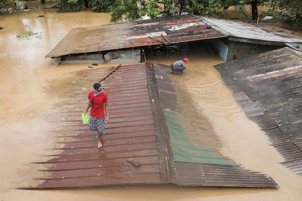 Sau Trung Quốc, đến lượt Philippines hứng chịu bão lũ tấn công: Cả vạn người sơ tán, nước lũ ngập tận nóc nhà - Ảnh 2.