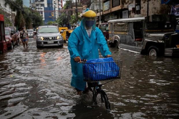 Sau Trung Quốc, đến lượt Philippines hứng chịu bão lũ tấn công: Cả vạn người sơ tán, nước lũ ngập tận nóc nhà - Ảnh 3.
