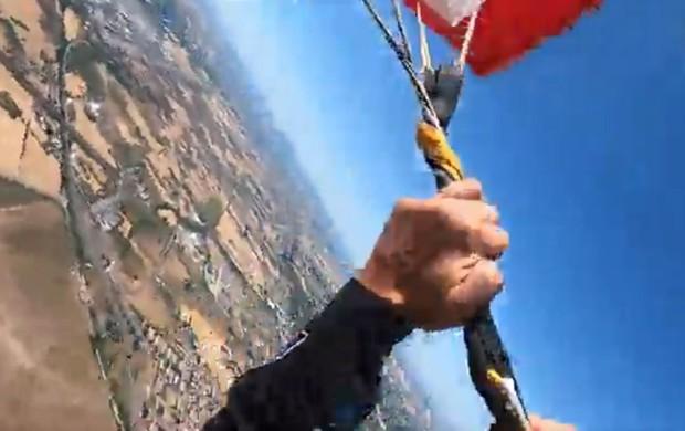 Video: Nhảy từ độ cao 4.000 mét với tốc độ 300km/h mới phát hiện dù hỏng, chàng trai có màn vật lộn giành giật sự sống thót tim cực độ - Ảnh 2.