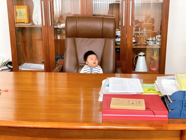Bức ảnh cho thấy rõ con trai Hoà Minzy sinh ra ở vạch đích: 3 tháng tuổi đã được ngồi chễm chệ trên ghế Tổng giám đốc rồi đây! - Ảnh 3.