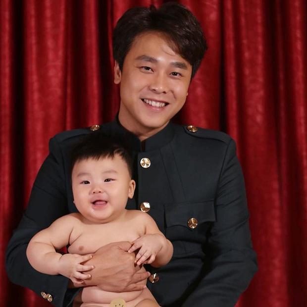 Bức ảnh cho thấy rõ con trai Hoà Minzy sinh ra ở vạch đích: 3 tháng tuổi đã được ngồi chễm chệ trên ghế Tổng giám đốc rồi đây! - Ảnh 4.