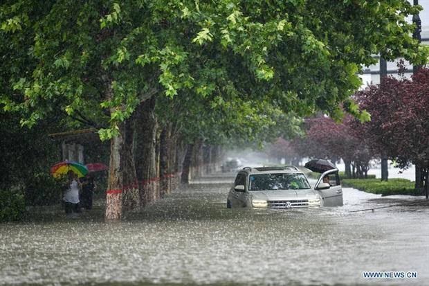 Dân mạng Trung Quốc trầm trồ nhìn xe điện lao băng băng giữa đường ngập nước - Ảnh 3.