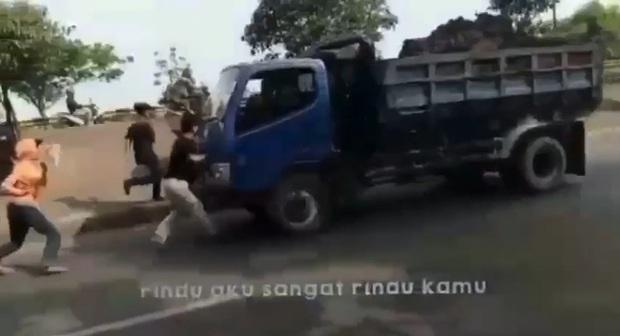 Thực hiện thử thách chặn đầu xe tải bằng tay không trên TikTok, 1 thiếu niên bị tông chết tức tưởi - Ảnh 2.