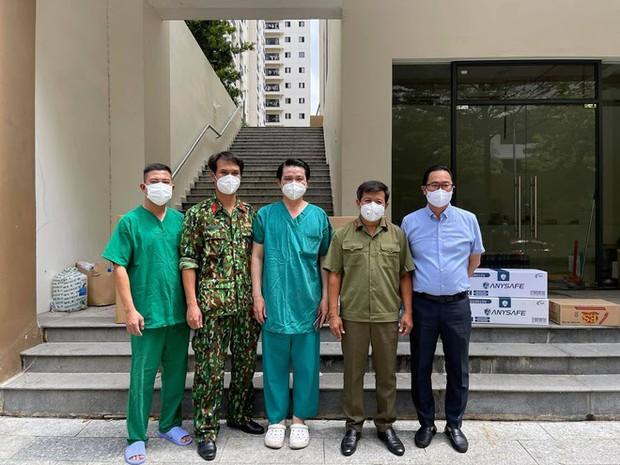 Ông Đoàn Ngọc Hải tặng 14 máy thở, 1.000 bộ đồ bảo hộ cho bệnh viện dã chiến ở Sài Gòn - Ảnh 1.
