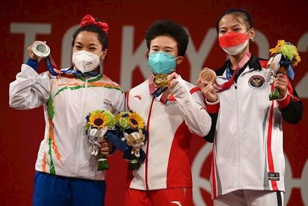 Choáng với nữ đô cử giành HCV, phá luôn 3 kỷ lục Olympic - Ảnh 1.