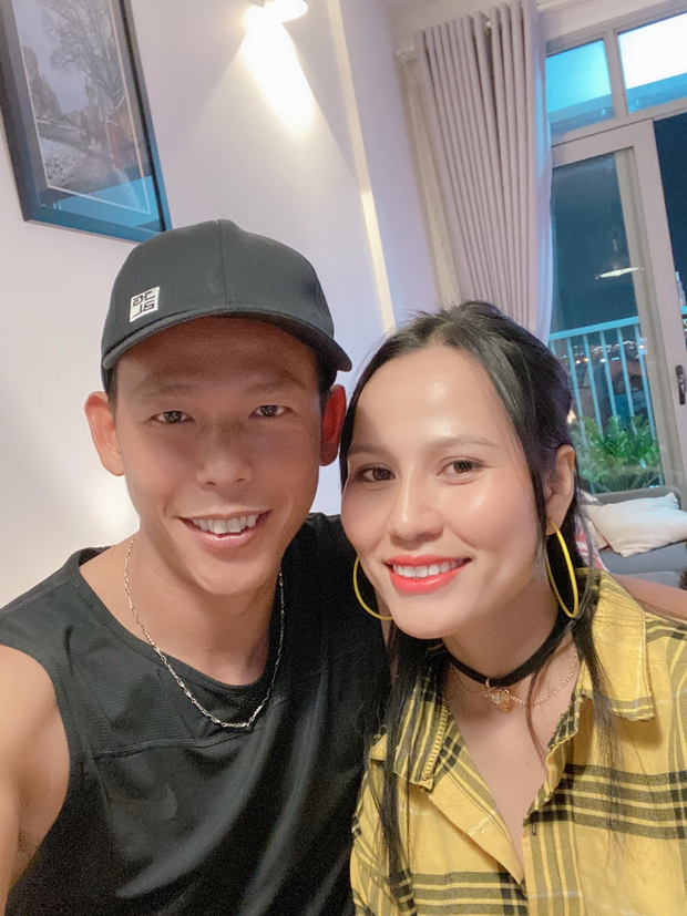 Tấn Trường cực ngoan khi bị phát hiện livestream đến 4h sáng, netizen chỉ lăm le soi cách ông trùm MXH lưu tên vợ - Ảnh 1.