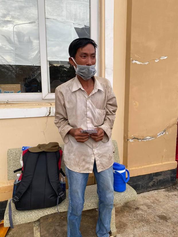 Người đàn ông đi bộ ròng rã 16 ngày để về quê, bật khóc vì nhận được hơn 7 triệu đồng: Em chưa bao giờ cầm số tiền lớn thế này - Ảnh 3.