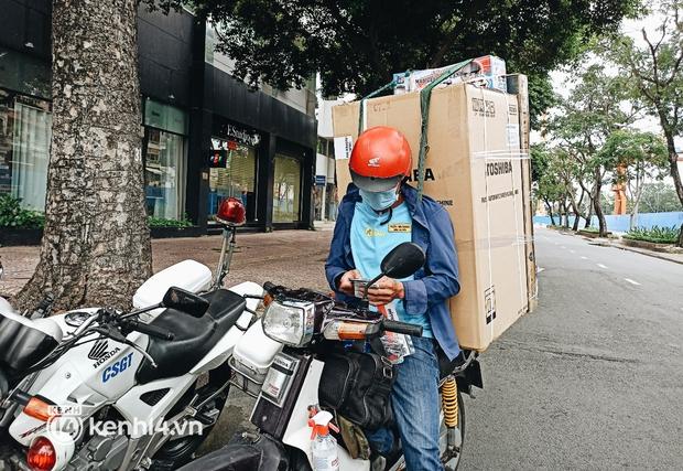 TP.HCM: Nhiều shipper bị kiểm tra, xử phạt vì giao tủ lạnh, củ sạc điện thoại - Ảnh 2.