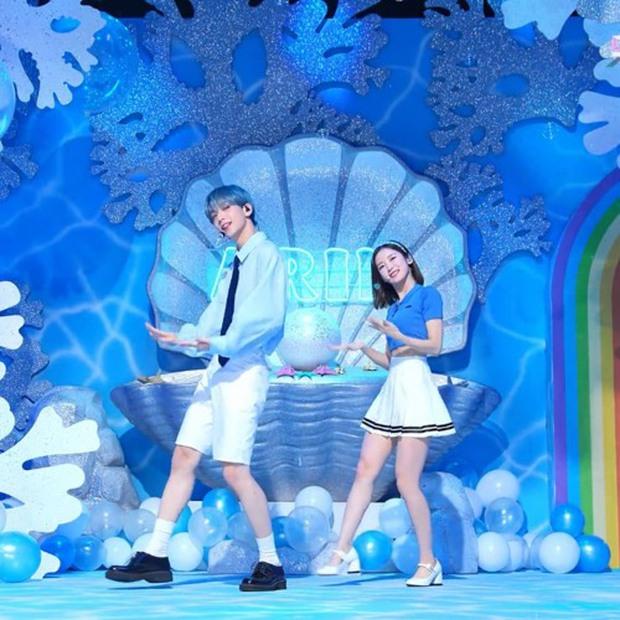 Phát cuồng vì cặp cây sào và nấm lùn ở Music Bank: Em trai BTS Soobin ga lăng đưa đôi chân lịch thiệp giúp Arin đỡ bị dìm - Ảnh 2.