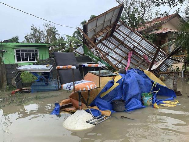 Gió mùa, bão nhiệt đới nhấn chìm thủ đô của Philippines - Ảnh 1.
