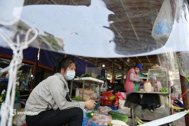 Hà Nội: Chợ dân sinh đầu tiên quây nylon kín mít để phòng tránh Covid-19 khi bán hàng - Ảnh 3.
