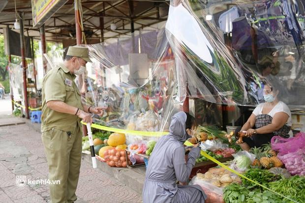 Hà Nội: Chợ dân sinh đầu tiên quây nylon kín mít để phòng tránh Covid-19 khi bán hàng - Ảnh 5.