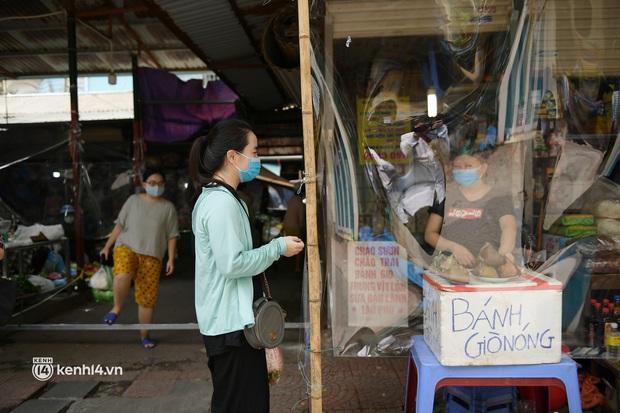 Hà Nội: Chợ dân sinh đầu tiên quây nylon kín mít để phòng tránh Covid-19 khi bán hàng - Ảnh 9.