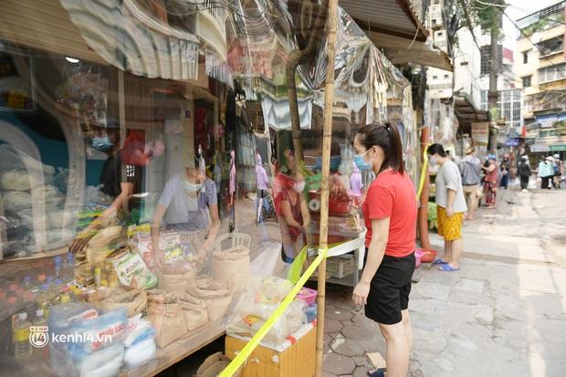 Hà Nội: Chợ dân sinh đầu tiên quây nylon kín mít để phòng tránh Covid-19 khi bán hàng - Ảnh 14.