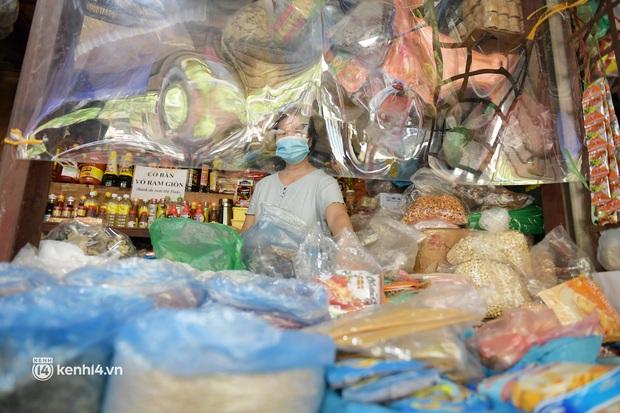 Hà Nội: Chợ dân sinh đầu tiên quây nylon kín mít để phòng tránh Covid-19 khi bán hàng - Ảnh 10.