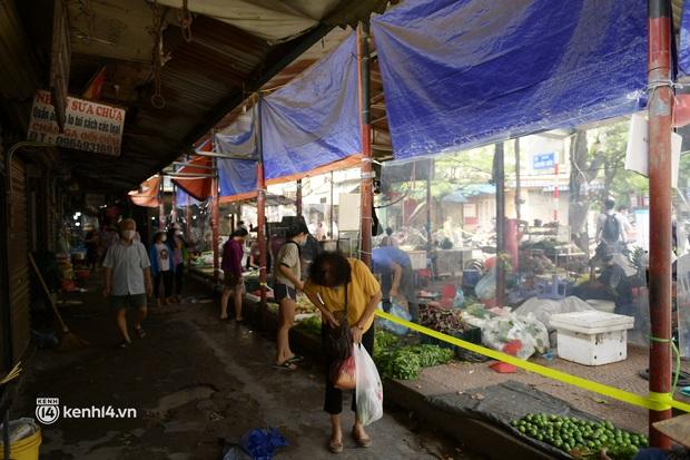 Hà Nội: Chợ dân sinh đầu tiên quây nylon kín mít để phòng tránh Covid-19 khi bán hàng - Ảnh 13.