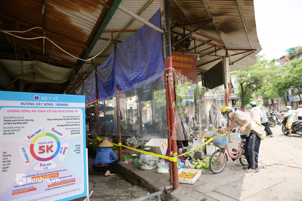 Hà Nội: Chợ dân sinh đầu tiên quây nylon kín mít để phòng tránh Covid-19 khi bán hàng - Ảnh 7.